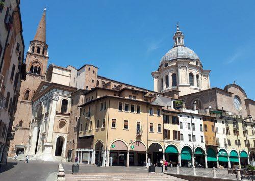 La vista sui portici Broletto e basilica Sant'Andrea - Mantova